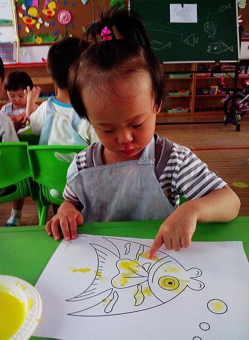 《手指点画:鱼》这节美术课的主要目标是让幼儿学习用手指点画的方法图片